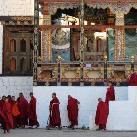 Buddistiska munkar på Bhutan vandring