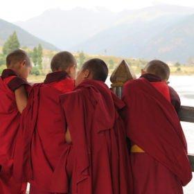 unga buddistiska munkar på Bhutan vandring
