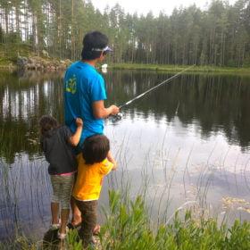 pappa fiskar med barn på familjeäventyr