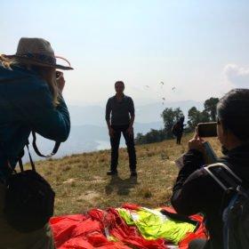 Fotograferar gäst som ska åka skärmflyg i Nepal