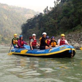 Guidar gummibåt på floden Trisuli