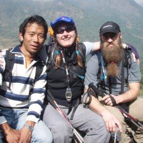 Janne och Bia med vandringsguiden Namgyel