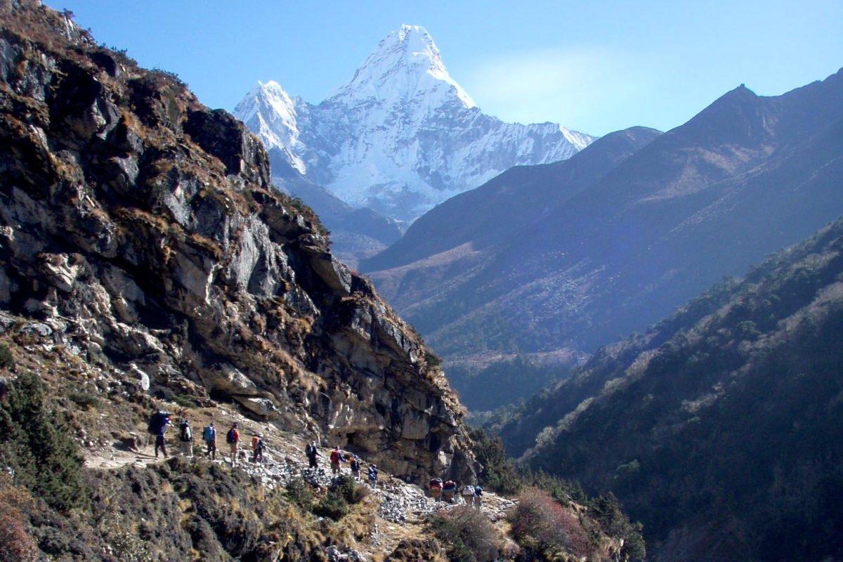vandrare på väg mot Island Peak Nepal