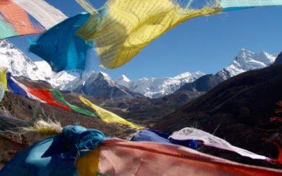 Island Peak Nepal och böneflaggor