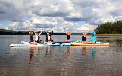 SUP-yoga på vår helg med skogsbad och yoga