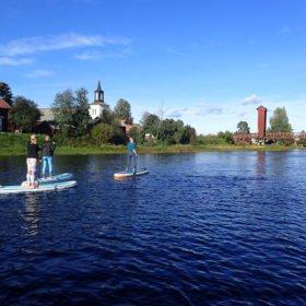 SUP-paddling på vår helg med skogsbad och yoga