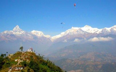 skärmflyg i bergen på skräddarsydd resa i Nepal