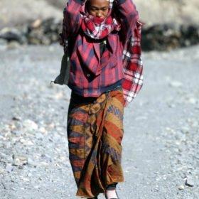 vandrande kvinna på Bengts skräddarsydd resa i Nepal