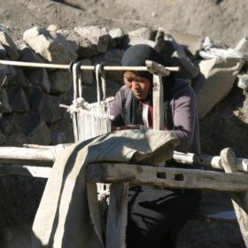 kvinna väver på skräddarsydd resa i Nepal