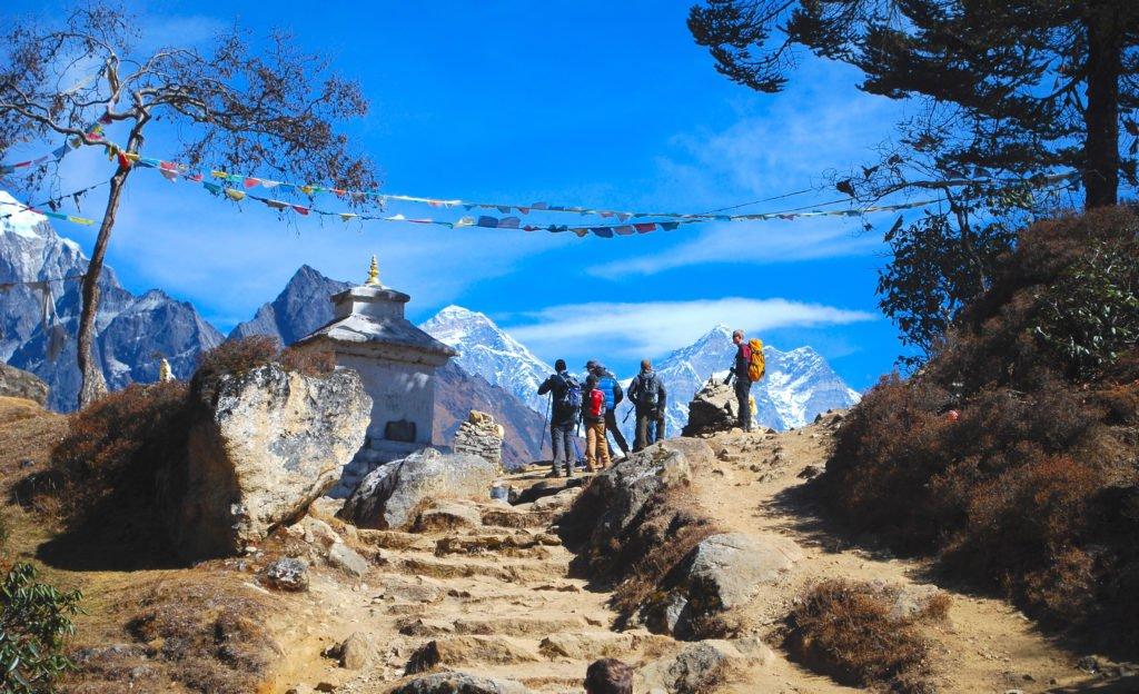 vandrare i Nepal med vy av Mt Everest