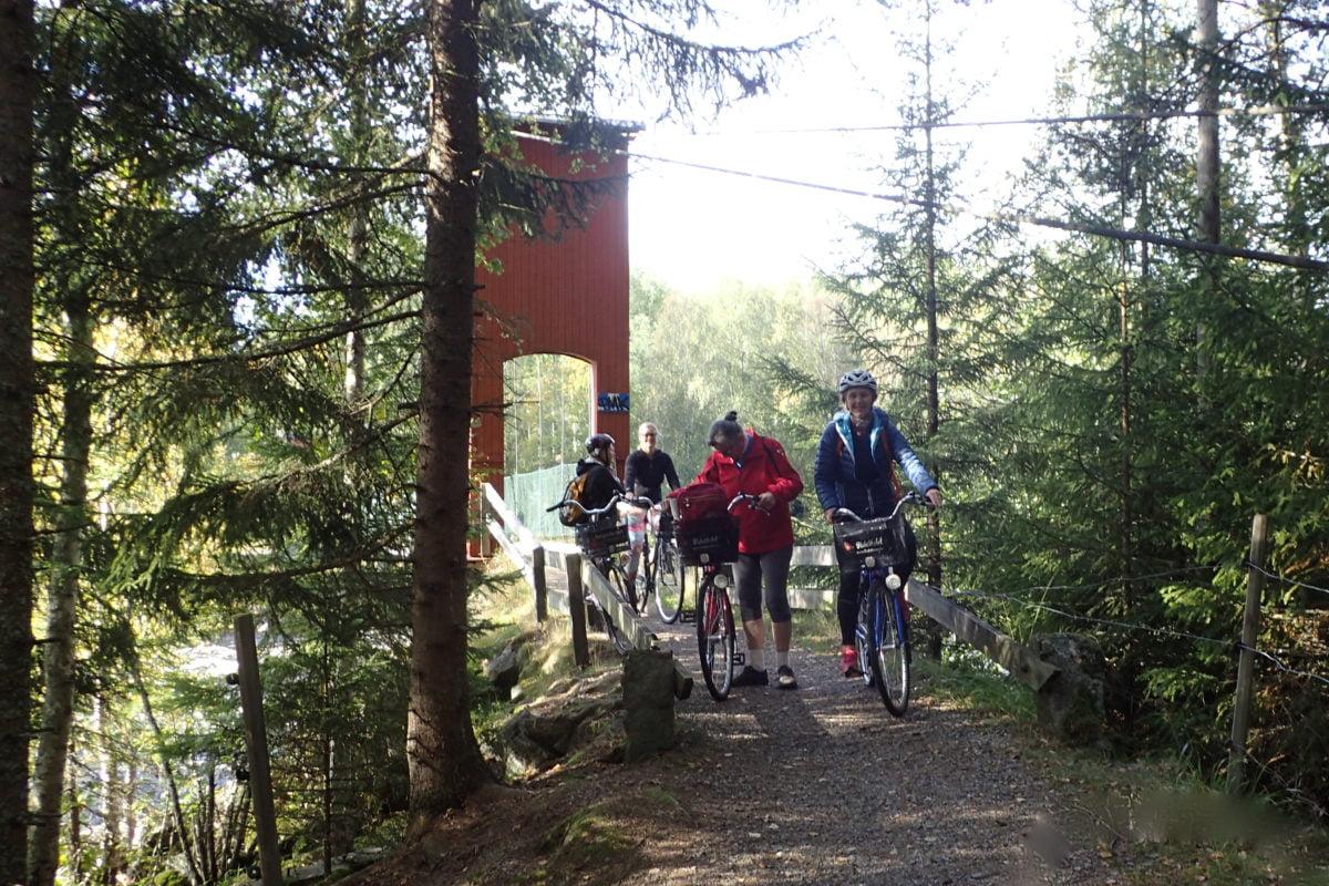 cyklare på väg mot sjön