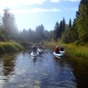 SUP-paddling på en å
