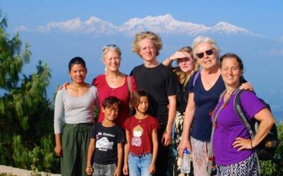 gruppbild med vita berg på äventyrsresa