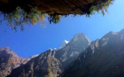 Berg och blå himmel på stigen till Annapurna Basecamp