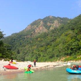 kajaker vid en flod