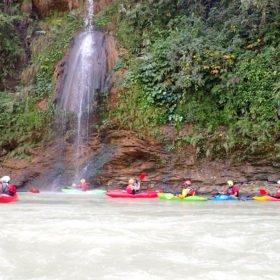 paddlare och ett vattenfall