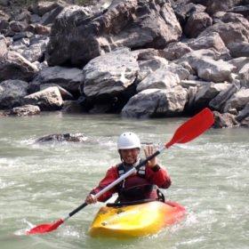 glad paddlare på resa med forskajak