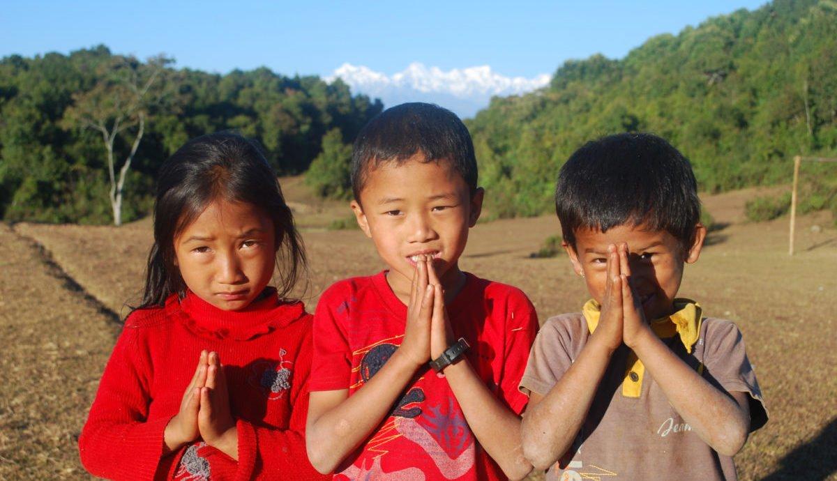 barn hälsar välkomna till Himalaya
