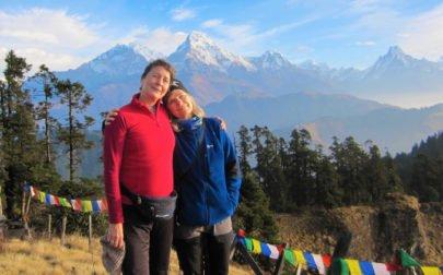 två vänner i bergen på vandringsresa till Nepal