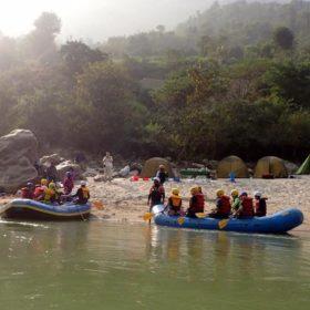 raftingbåtar vid en strand i Nepal