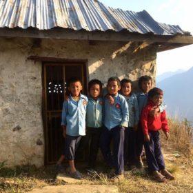 barn i en liten by i Nepal