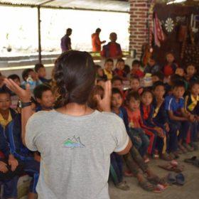 våra lokala guider inspirerar barnen i Nepal
