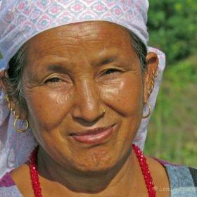 nepalesiska kvinna på trekking i Nepal