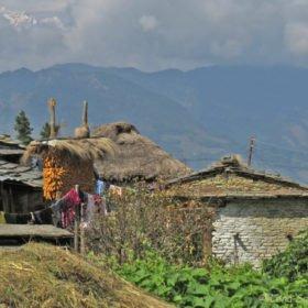 besök i en by på trekking i Nepal