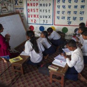 besök på skola på trekking i Nepal