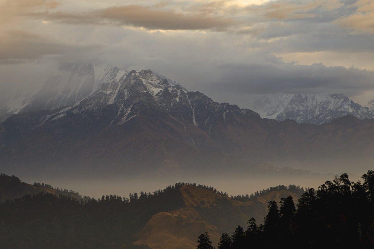 dramatiska berg på trekking i Nepal