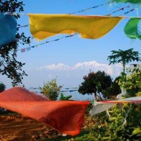 Yogaresa i Nepal, berg och böneflaggor