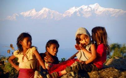 barn vid Himalaya på resa med yoga