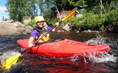 glad paddlare provar att paddla fors