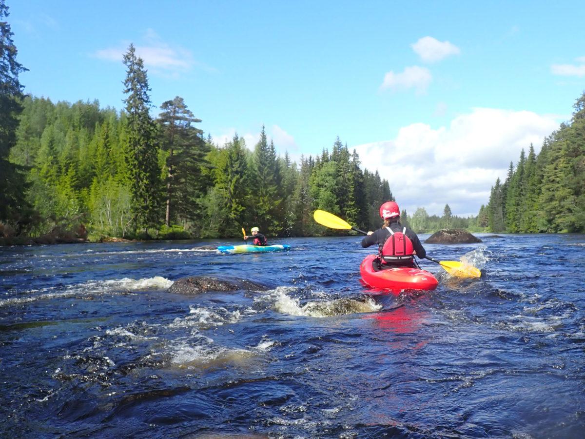 paddlare tränar teknik i strömmande vatten