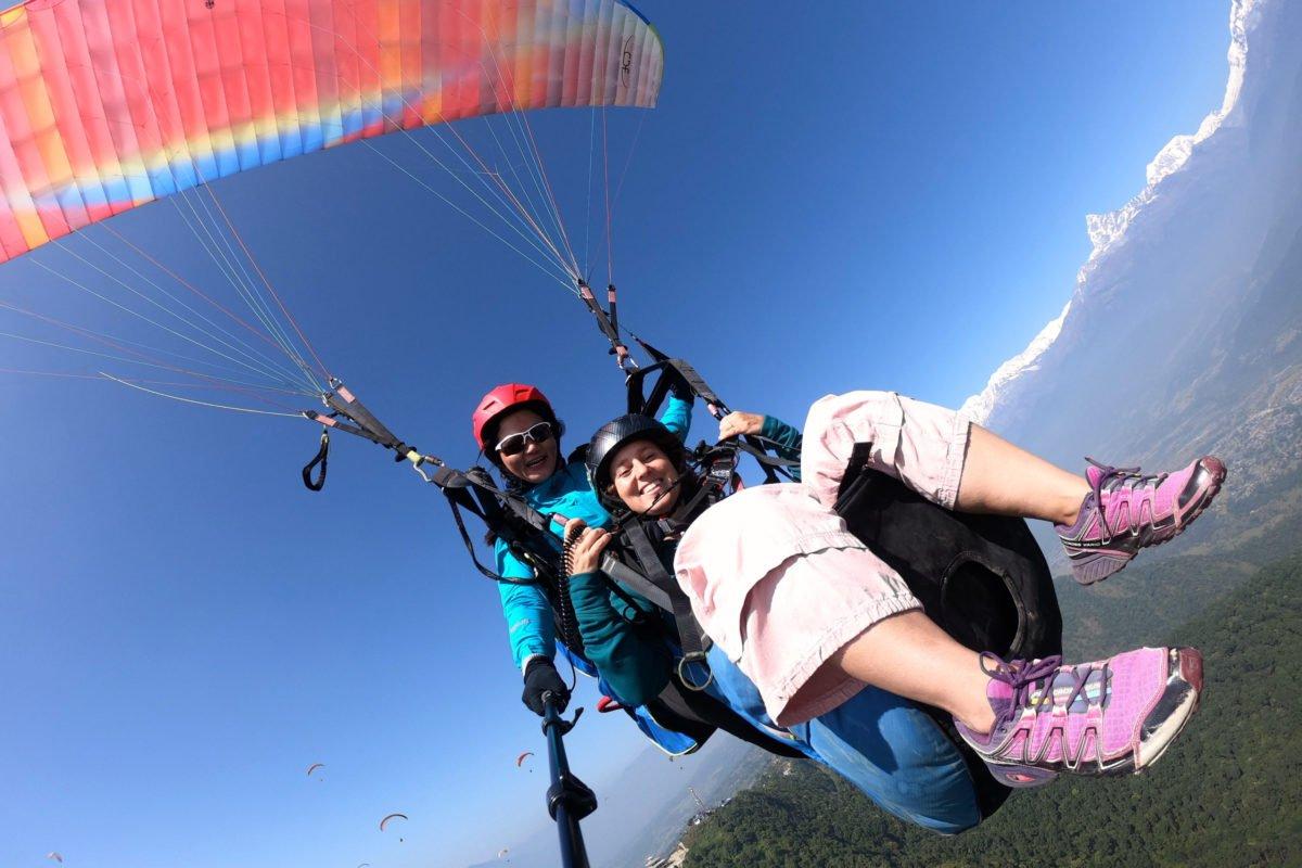 Inka flyger med kvinnlig nepalesisk kollega