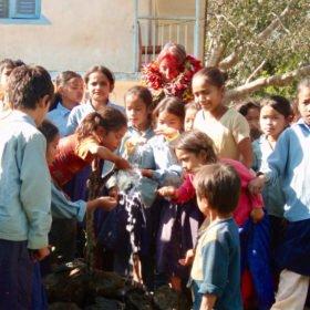 vattenledning ordnad till skola i Nepal