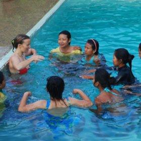 Inka lär tjejer simma i Pokhara, Nepal